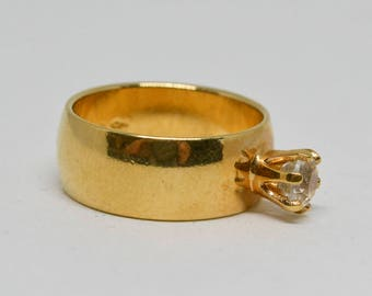 Lovely gold tone ring with single stone