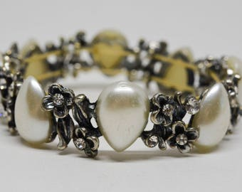 Lovely silver tone and faux pearls stretchable bracelet