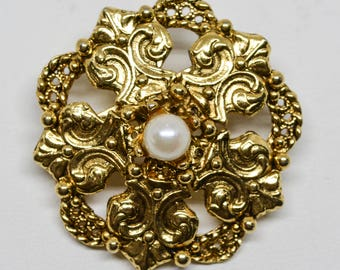 Charming gold tone and faux pearl brooch