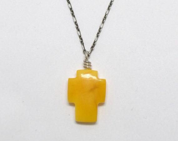 Collier croix en ambre
