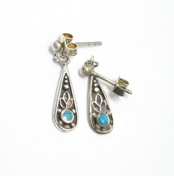 Petites boucles d'oreilles pendantes en turquoise et argent