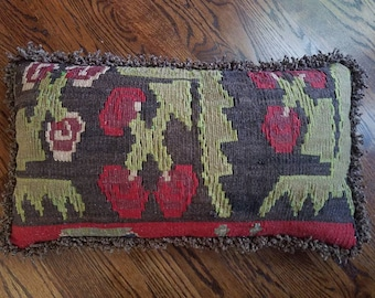 Vintage kilim pillow with feather insert / kilim rug / Turkish rug // boho decor / chenille twist fringe / velvet back / button closure