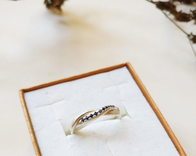 ring: TWIST SAPPHIRE.