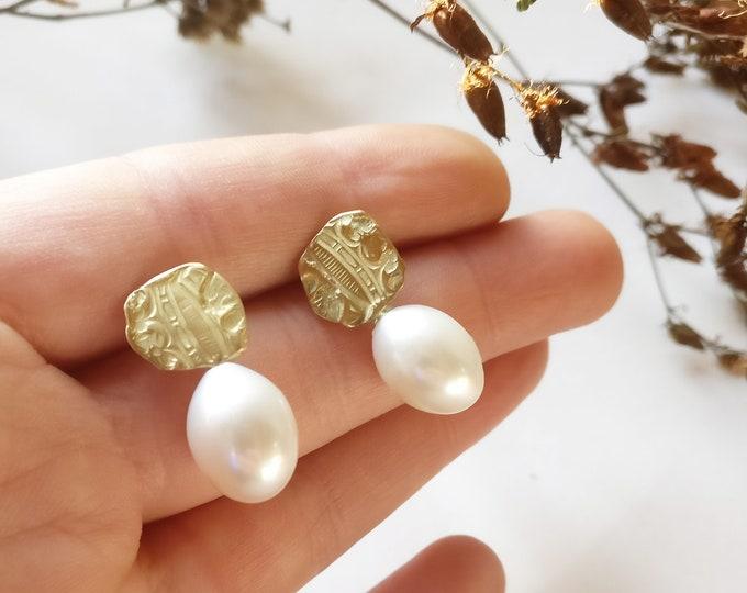 GOLDEN PEARL earring.
