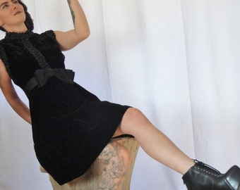 d18c698c4a1 Vintage Punk Rock noir robe sans manches en velours   Vintage des années 50  courte robe de velours noir   petite robe Goth en velours noir clouté   robe  ...