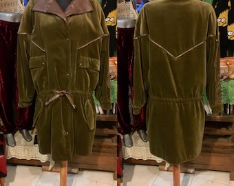 1990' Chiwitt darkgreen oversized, dropped shoulders thick velvet coat, leather decoration. Size M.