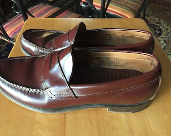 Bass Weejun classic brown leather penny loafer unisex shoe. Mens size 9 1/2 D Beef rolled classic timeless penny loafers Preppy loafers