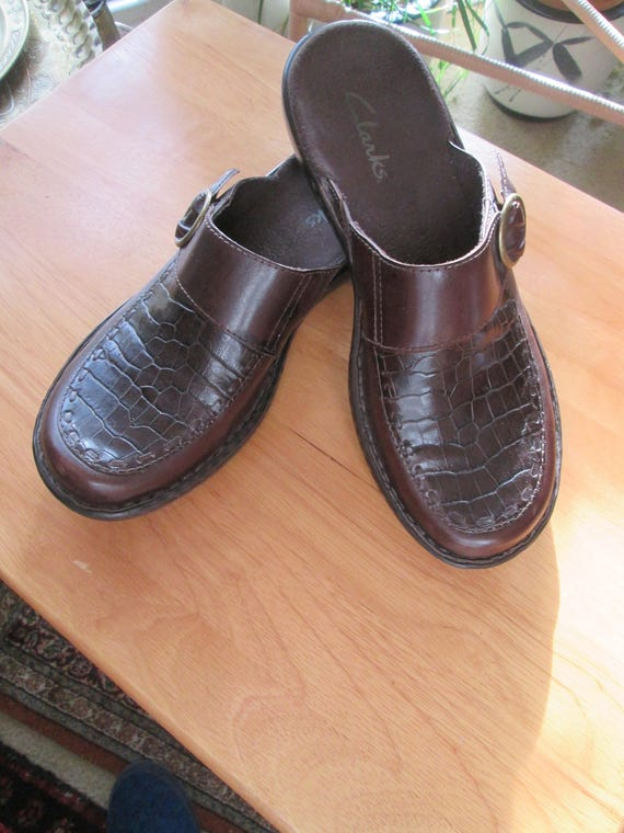 175bbfb995bbf Vintage Clarks brown textured leather slip on clog mules