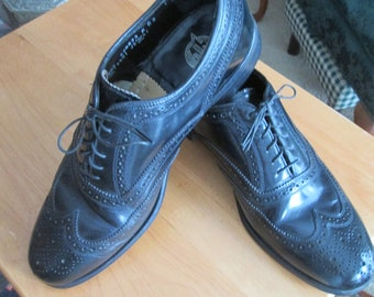 Classic Florsheim black leather wingtip lace up oxford brogue shoes. Mens size 8 1/2 D. Iconic wingtip dress shoes.