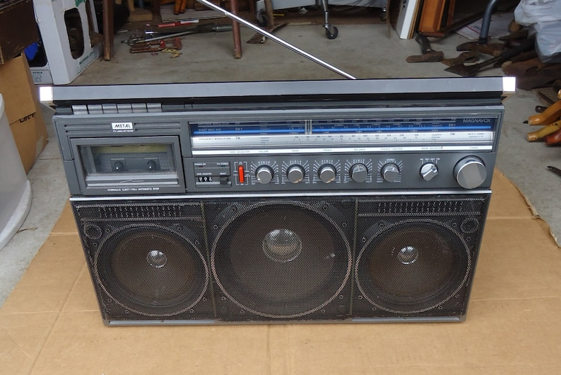 ghetto blaster vintage boombox radio magnavox model D8443 huge size