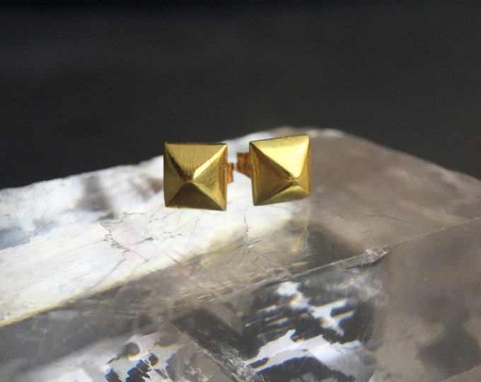 18 Karat Gold Pyramid Stud Earrings