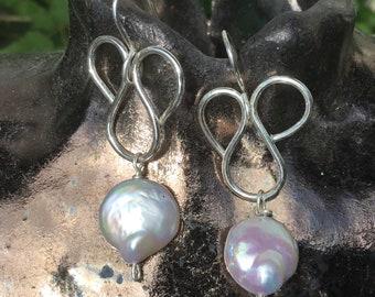 Wave silver earrings. Swirl silver earrings. Fresswather pearls and silver earrings. swirl silver earrings