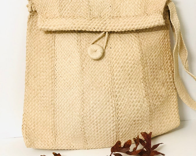 Cross Bag handmade -  Moriche  Fiber by Warao Indian (Delta del Orinoco, Venezuela) 13 x 12 inches
