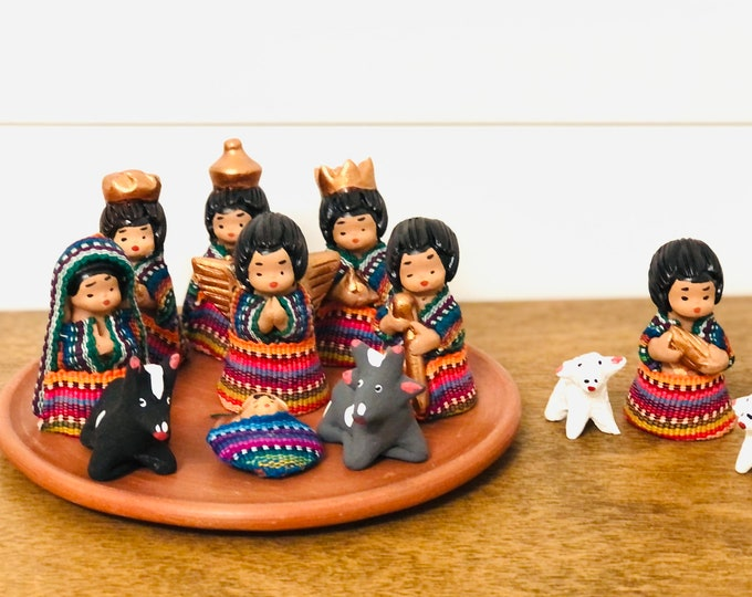 Grande Guatemala - Mayan Nativity  set 12 . Handmade in Clay and traditional clothes. Color of the fabrics varies