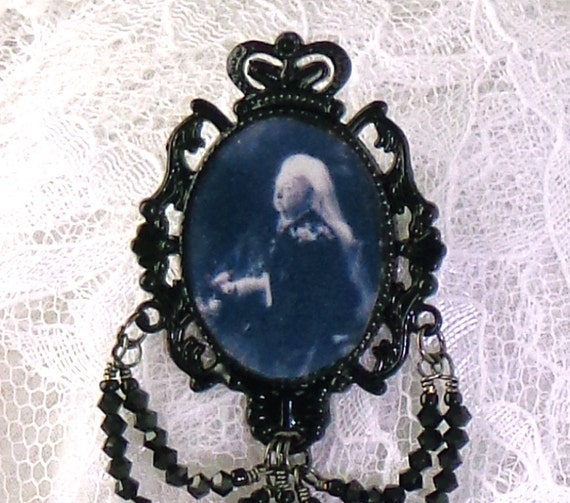 Queen Victoria, replica mourning pin, brooch of queen Victoria, memorial brooch of Victoria, replica of Victorian mourning pin