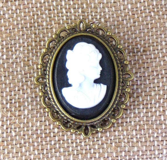 Cameo Brooch, Victorian pin, Victorian cameo pin, ladies cameo brooch, black and white cameo