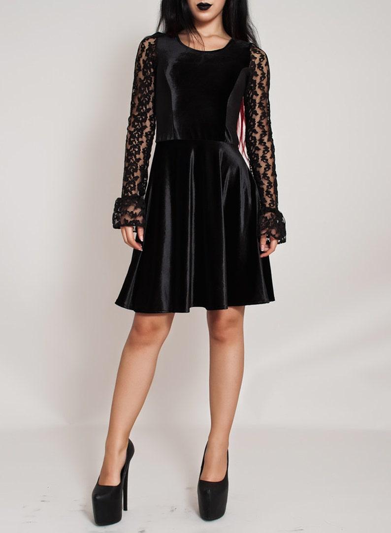 Schwarze seidig samt Spitze Gothic Kleid. Knie Länge Goth ...