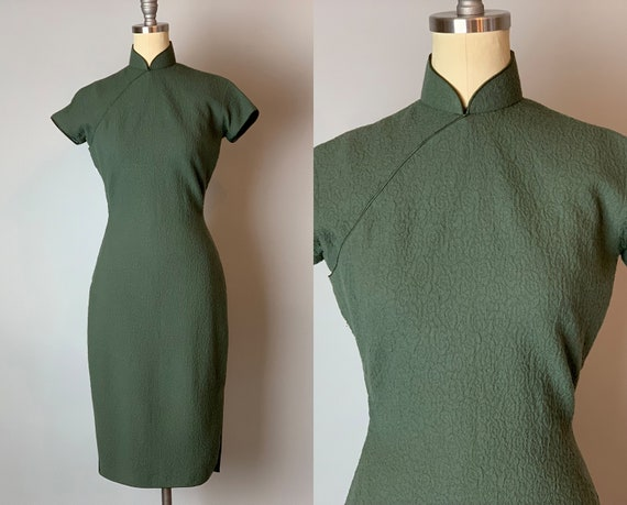 1950s Crinkle Cheongsam | Vintage 50s Olive Green Textured Wool Qipoa Dress with Short Sleeves, Side Slits, & Satin Piping | Extra Small XS