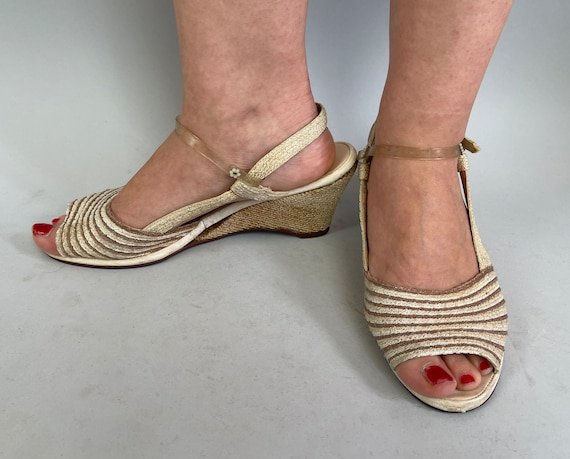 1950s Casual Cutie Shoes | Vintage 50s Ivory White and Taupe Rattan Open Toe Platform Wedge Strappy Slingback Sandals | Size US 8.5-9