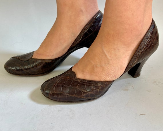 1940s Regal Reptile Pumps | Vintage 40s Natural Brown Alligator Leather High Heel Shoes with Overlapping Toe Accent | Size 7.5 US