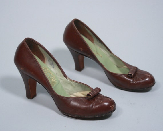 "Vintage 1940s Womens Shoes | 40s Chestnut Brown Leather Heels with Sunburst Toe and Scroll Vamp by ""Cellini"" 