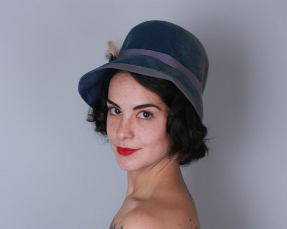 Vintage 1950s Hat | 50s Smoky Blue Fur Felt Hat with Grosgrain and Feather Trim