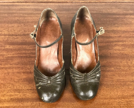 Vintage 1930s 1940s Shoes | 30s 40s Deep Warm Charcoal Gray Grey Leather Mary Jane Leather Pumps with Art Deco Bow Detail | Size US 6/EU 36