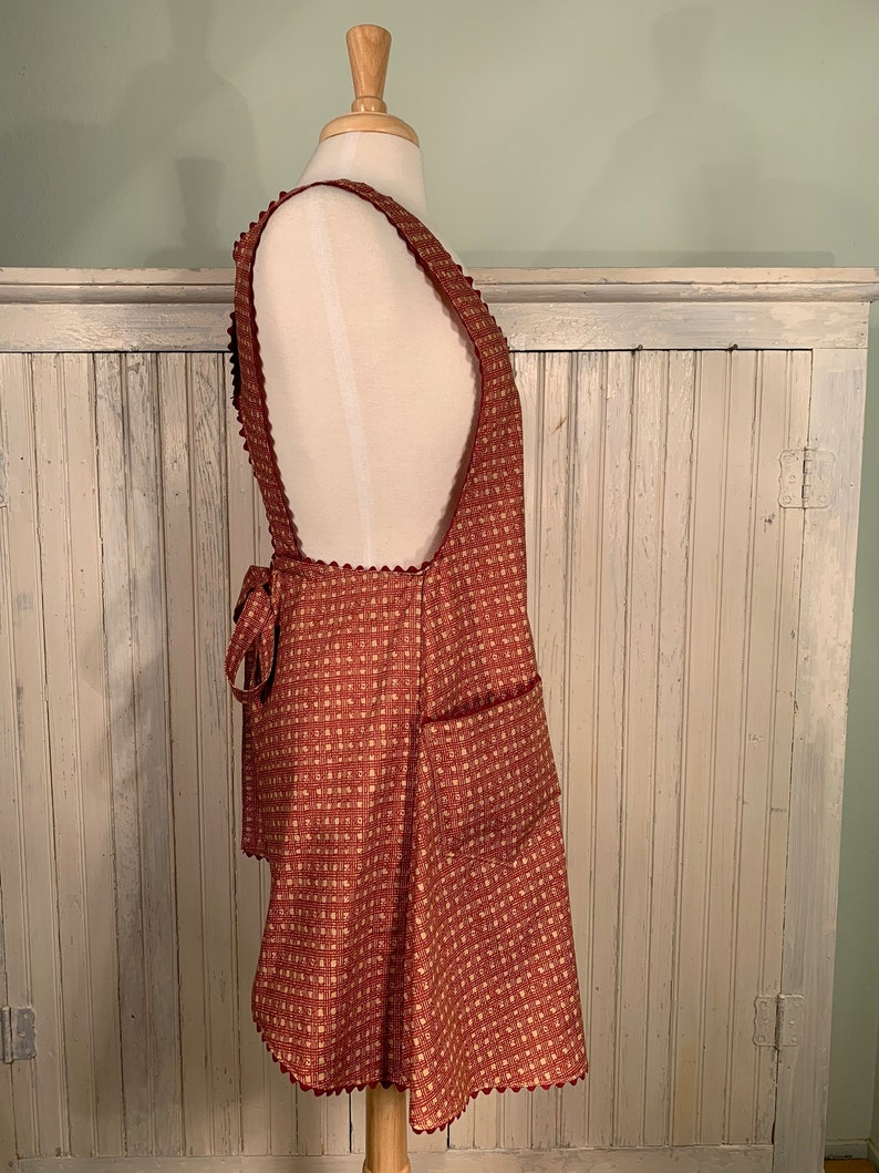 with vintage doily Full Women/'s Apron vintage button on back /& 2 large pockets Vintage style