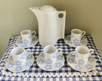 Service Pop combo mix&match  1 cafetière  Berthoux Virebent porcelaine + 5 tasses à café expresso + soucoupes fleur pop bleu ciel 2 hand 70S