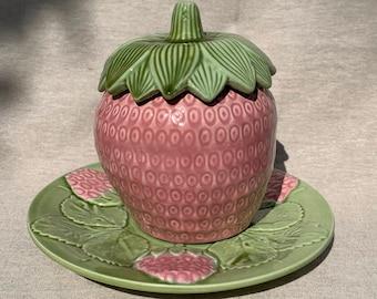 Bonbonnière candy forme fraise +assiette de présentation barbotine majolica 50's signée Mendes.Caldas Da Rainha Bordallo Pinheiro strawberry