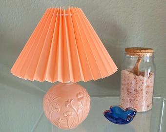 Lampe boule vintage upcycling en barbotine pêche motif floral abat jour plissé majolica pleated lamp shade peach pastel Scandinavian style
