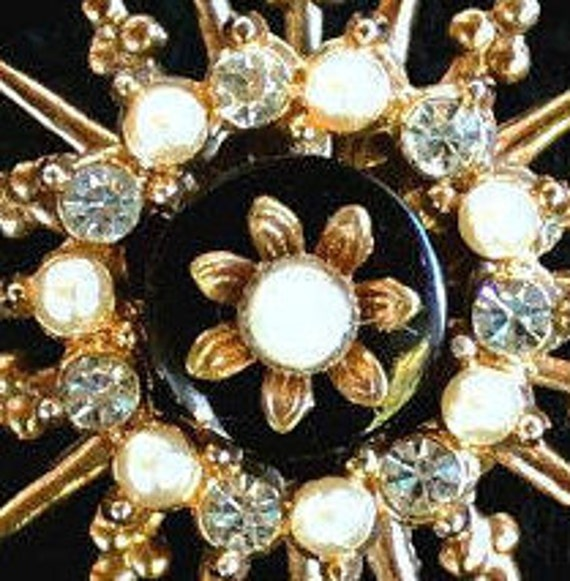 Three flower cluster gold tone faux pearls Europe 1950/'s  BROOCH