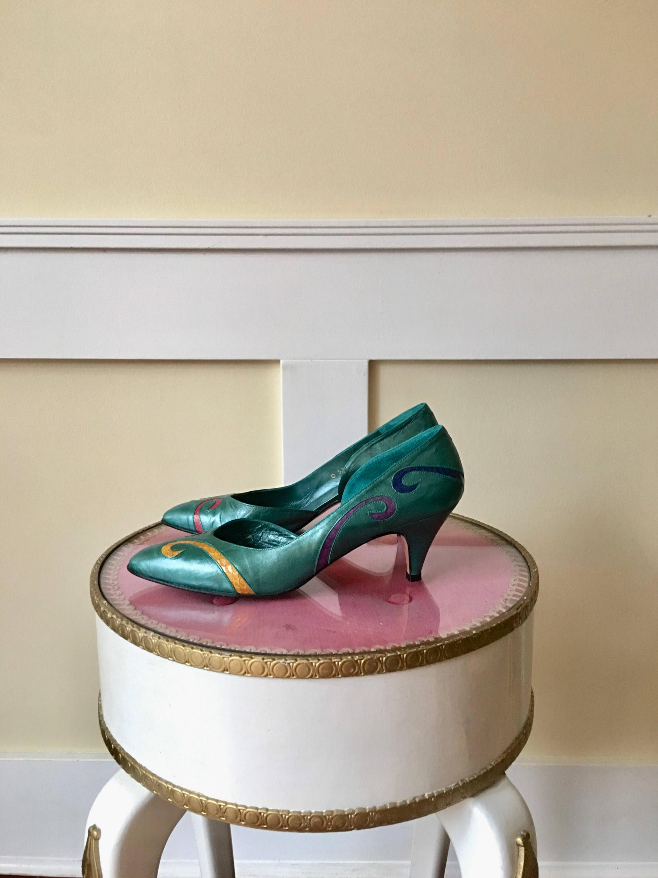 Vintage green leather pumps with colour detail size 8aa heals, or narrow.  Vinatge heals, 8aa cintage pumps, woman's vintage shoes, mock crock, woman's 405b73