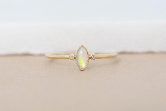Gold Opal Ring, Feueropal Verlobungsring, weiße Opal Ring, Oktober Birthstone Ring, 9ct zierliche Gold Ring, Opal Edelstein Ring