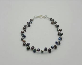 Iridescent dark silver pearl bracelet  (BR036)