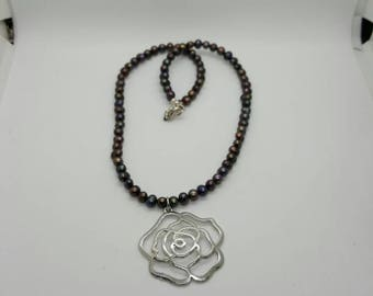 Rose and pearl necklace  (NK002)