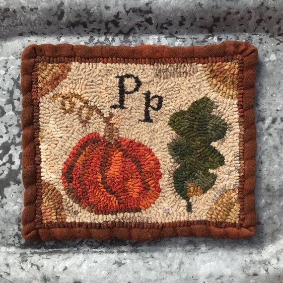 Full size paper rug hooking pattern Spring Lamb Primitive Hooked Rug pattern from Winter Cottage designed by Terri Leamer