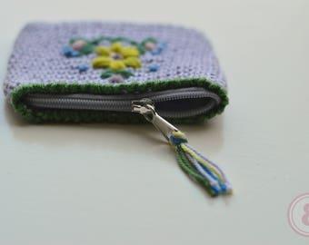 Gehaakt portemonneetje met geborduurd bloemmotief