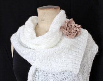 50a528e874ef Echarpe tricotée fait main Echarpe Mariage hiver Cadeau pour jeune mariée  Echarpe laine Echarpe blanche Echarpe pour femme Cadeau maman