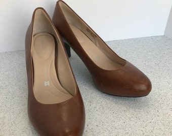 7963dea441 ON SALE Vintage Rockport Brown Saddle Leather Ladies Shoes Classics Stacked  Wood Heel Pumps Size US 8.5M Conservative Wear to Work Timeless