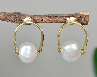 Gold pearl stud hammered earrings, bridesmaids earrings gift, fresh water pearl bridal earrings
