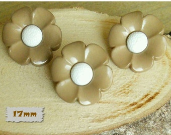 3 buttons, 17mm, flower, beige, center white, plastic, 1980, vintage, GR04, (Reg 3.60)