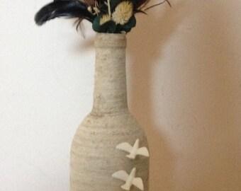 Ficelle de coton enroulé de bouteille de vin avec bouteille décorative coquillages, colombes et plumes