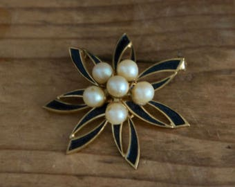 Vintage Black And Gold Retro Bow Flower Design With Faux Pearls Brooch, Costume Jewellery, Collectible, Costume, Accessories, Steampunk,