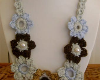 Crochet necklace with color pastels and the Brown, embellished with three pearls, length 34 cm