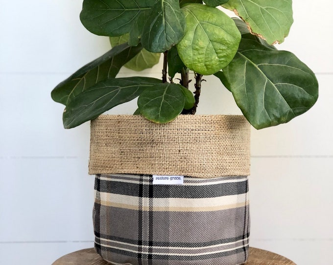 CLEARANCE** Peppercorn Plaid Reversible Hessian Pot Plant Bag