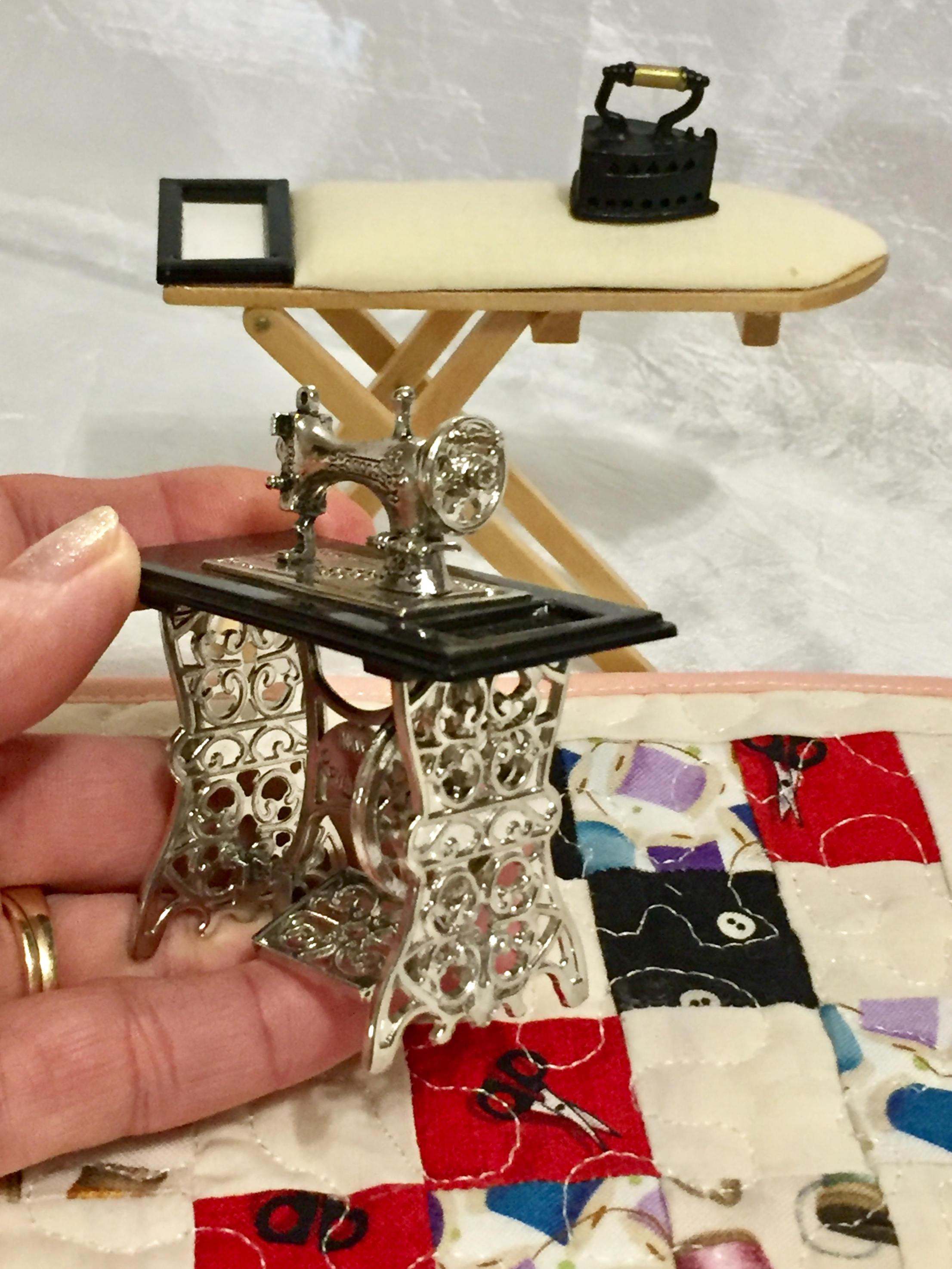 machine coudre miniature poup e vintage maison ou. Black Bedroom Furniture Sets. Home Design Ideas
