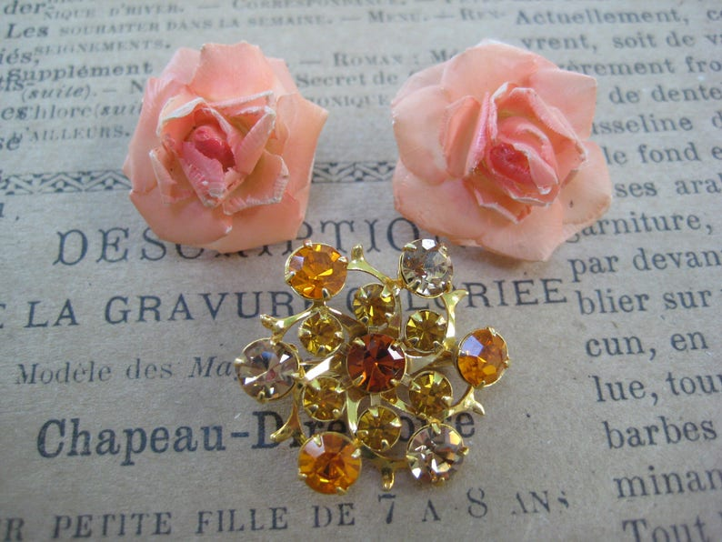 Vintage Jewelry Lot Earrings Screw On/'s Instant Collection Coordinating Wardrobe Set of 2 Costume Jewelry Orange Punch Brooch Lucite