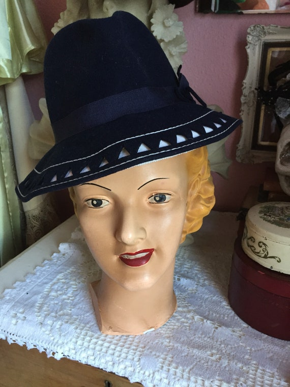 1930s / 1940s Art Deco fedora with bow, in navy bl