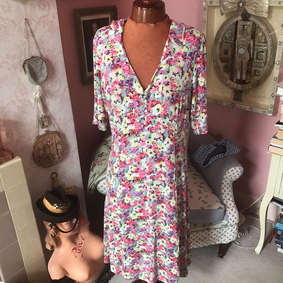 1940s reproduction dress in floral jersey. Volup.
